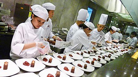 Pelajar Shatec mempersiapkan banquet. Sumber foto: The Weekender