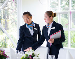 Siswa manajemen perhotelan in action. Sumber foto: BMIHMS
