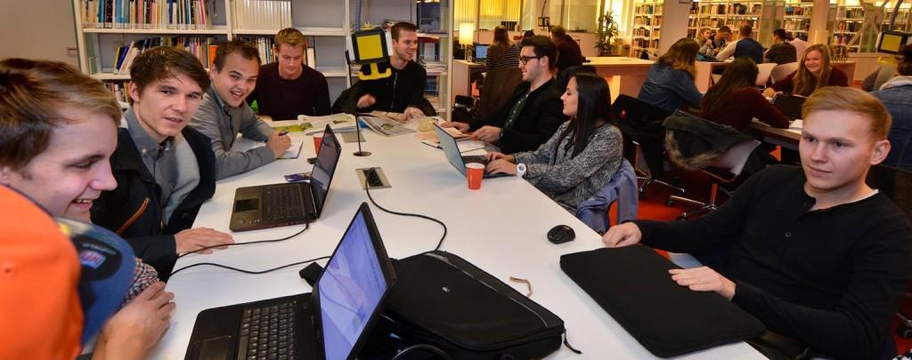 Mahasiswa Universitas Stenden belajar bersama di perpustakaan. Sumber foto: UniversityofStenden
