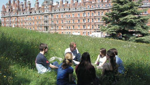 Siswa Geografi belajar di alam terbuka. Sumber foto: RoyalHolloway