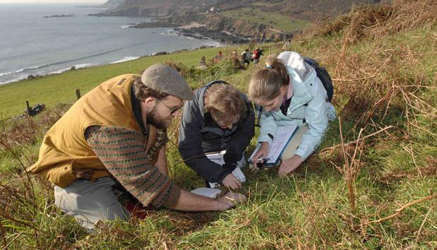 Siswa jurusan Geografi turun ke lapangan. Sumber foto: WhichUniversity
