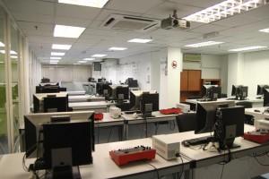 Figure 2. Fasilitas lab komputer yang lengkap di APU. Sumber foto: APU